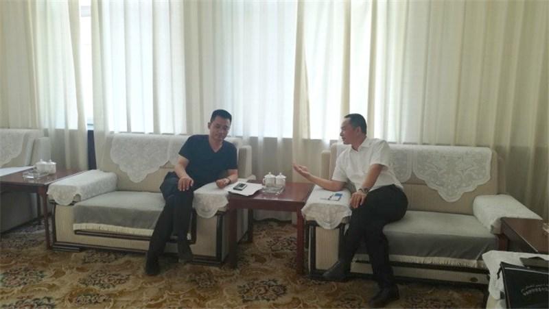 与伊宁市副市长张德文进行了座谈.jpg