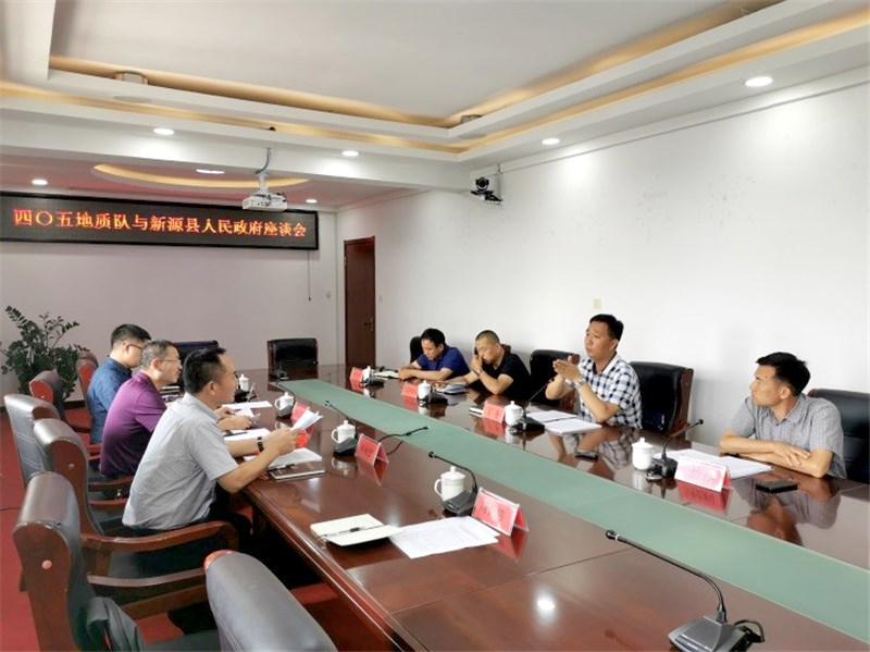 与新源县委常委、常务副县长丁冬及发改财政自然资源环保等相关部门领导进行了座谈.jpg